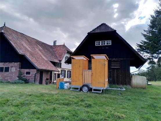 Komposttoilettenanhänger vor Schwarzwaldhaus